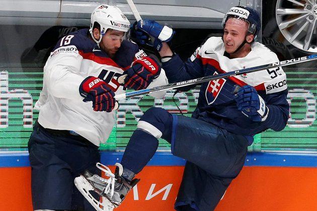 Američan Patrick Maroon (vlevo) a Slovák Martin Marinčin v zápase MS.