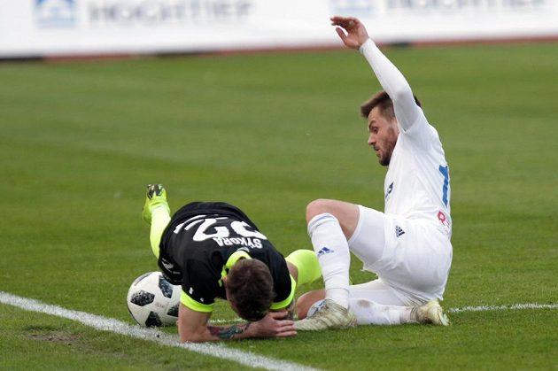 Ostrý souboj během čtvrtfinále fotbalového MOL Cupu v podání Jana Sýkory z Liberce a Milana Jiráska z Baníku Ostrava.