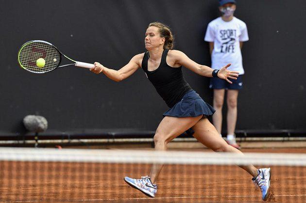 Barbora Strýcová v utkání proti Karolíně Plíškové.