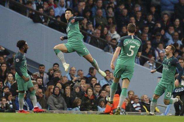 Korejec Son Hung-min (ve výskoku) ve službách Tottenhamu slaví gól v odvetě čtvrtfinále Ligy mistrů proti Manchesteru City.