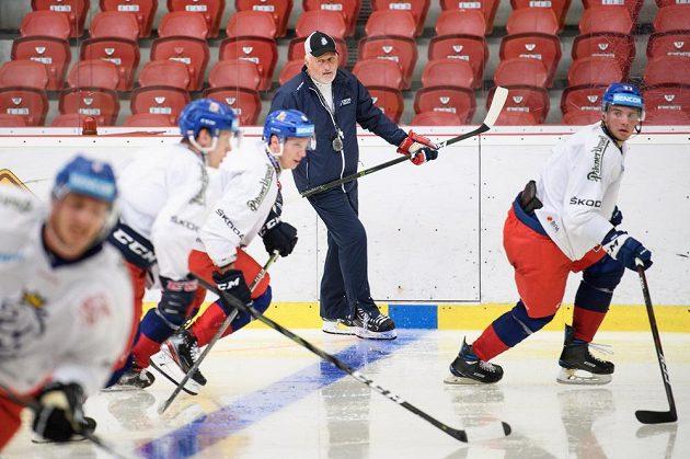 Trenér Miloš Říha během tréninku v rámci letního kempu hokejové reprezentace