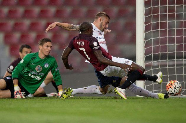 Útočník Sparty Praha Kehinde Fatai střílí gól na 1:0 proti Slovácku.