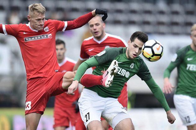 Michal Škoda ze Zbrojovky Brno (vlevo) v souboji s Vojtěchem Kubistou z Jablonce v utkání 13. kola HET ligy.