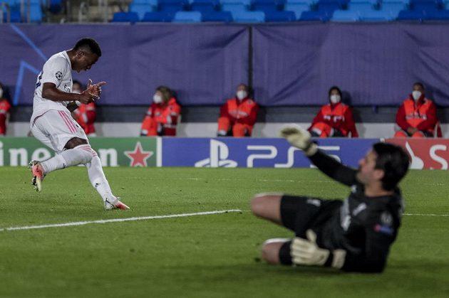 Fotbalista Realu Madrid Vinicius Junior (vlevo) se raduje po jednom ze svých gólů proti Liverpoolu.