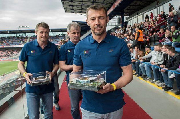 Legendy Sparty (zleva) Michal Horňák, Pavel Černý a Petr Kouba s maketou letenského stadiónu.