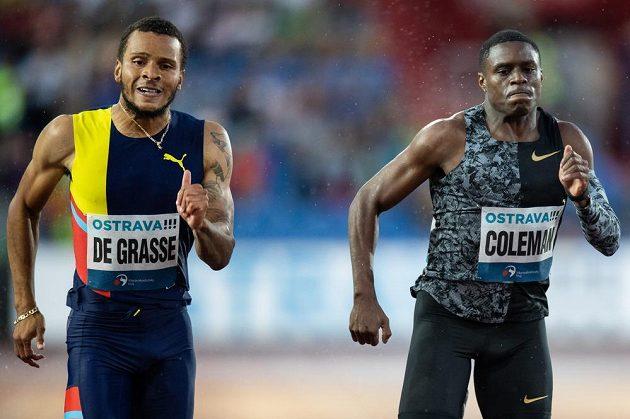 Andre De Grasse (vlevo) a Christian Coleman v cíli běhu na 200 m během atletického mítinku Zlatá tretra.