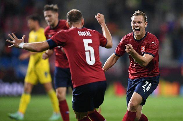 Matěj Vydra (vpravo) slaví gól s Vladimírem Coufalem
