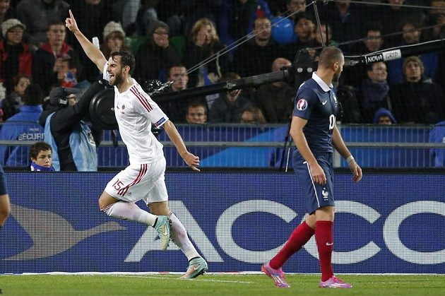 Albánec Mergim Mavraj slaví v přátelském duelu svoji trefu do sítě Francie.