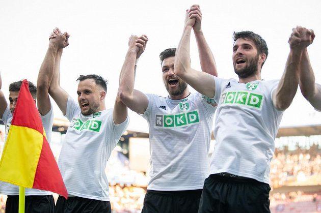 Fotbalisté Karviné (zleva): Milan Rundič, Tomáš Wágner a Timotej Záhumenský oslavují vítězství 3:1 nad Spartou.