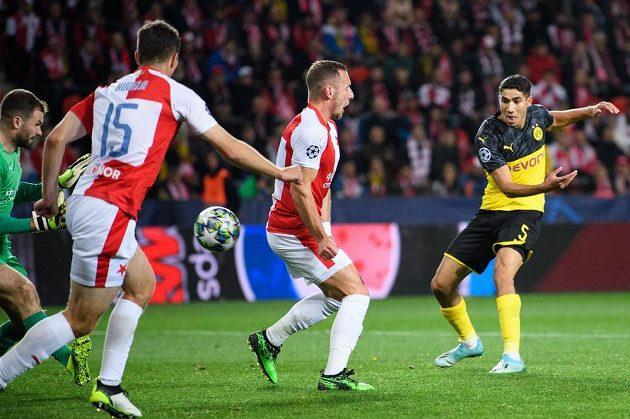 Achraf Hakimí z Dortmundu střílí gól na 1:0 během utkání základní skupiny Ligy mistrů na hřišti Slavie Praha.