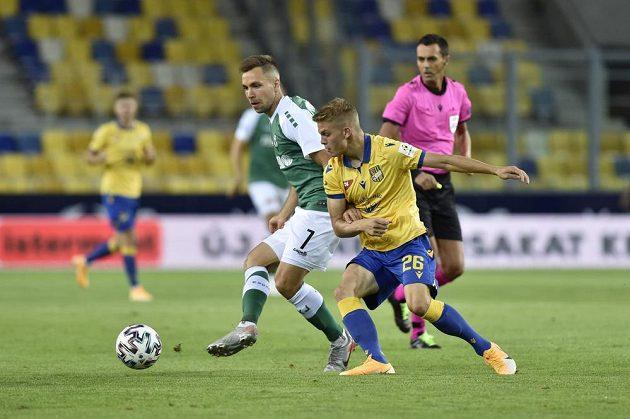 Zleva Jakub Považanec z Jablonce a András Schafer z Dunajské Stredy v utkání 2. kola Evropské ligy..