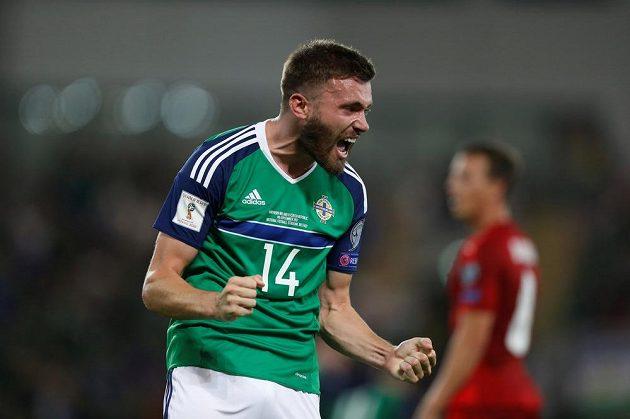 Takhle slavil fotbalista Severního Irska Stuart Dallas gól Chrise Brunta v utkání fotbalové kvalifikace o postup na MS 2018 s českou reprezentací.