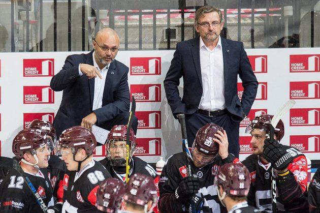 Trenér Sparty Jiří Kalous (vlevo) a asistent Zdeněk Moták během utkání Ligy mistrů s Oulu.