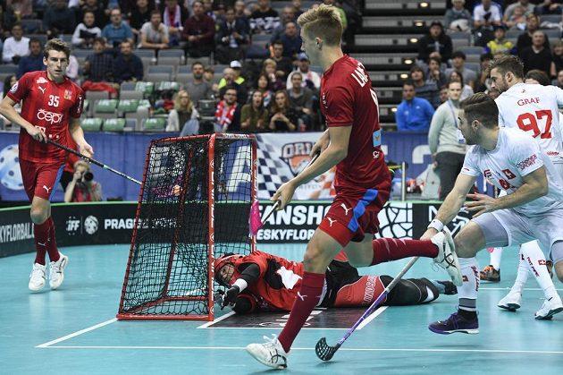 Český reprezentant Filip Langer střílí gól. Vlevo je švýcarský brankář Pascal Meier.