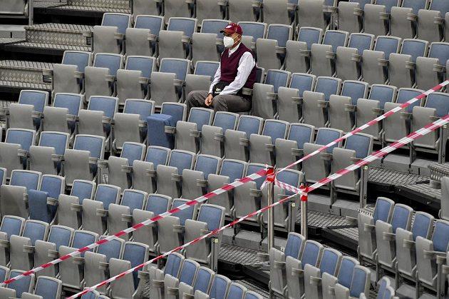 Fanoušek Sparty v roušce proti šíření koronaviru v hale rozdělené na sektory v utkání se Zlínem.