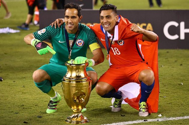 Chilané Claudio Bravo (1) a Gonzalo Jara (18) s trofejí po finálové výhře nad Argentinou.