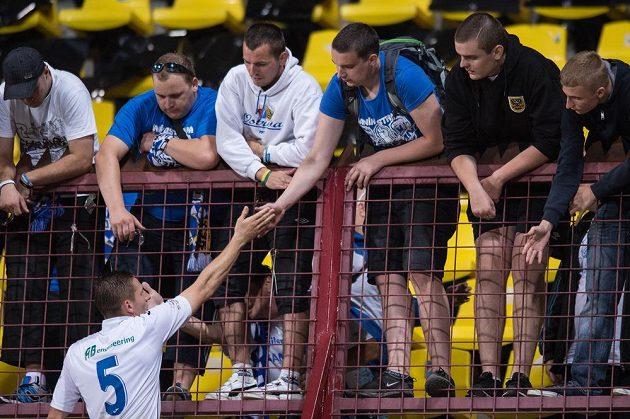 Stoper Baníku Ostrava Filip Kaša se zdraví s fanoušky po utkání na Dukle.