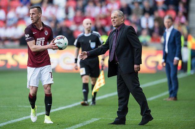 Matěj Hybš a trenér Sparty Petr Rada během derby na Slavii.