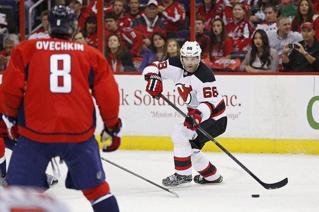 Útočník New Jersey Devils Jaromír Jágr v utkání s Washingtonem. Zády vlevo je útočník Capitals Alexandr Ovečkin.