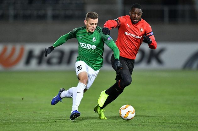 Obránce jabloneckých fotbalistů Tomáš Holeš v běžeckém souboji se soupeřem z Rennes v utkání základní skupiny Evropské ligy.