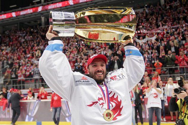 S Masarykovým pohárem pro vítěze extraligy pózuje brankář Třince Šimon Hrubec.