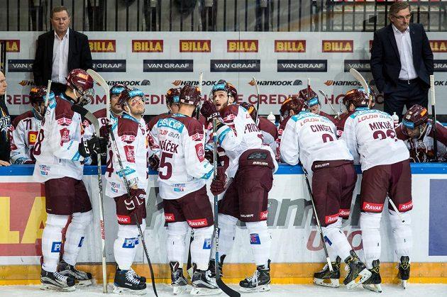 Hokejisté Sparty Praha si vybírají oddechový čas při utkání s Hradcem.