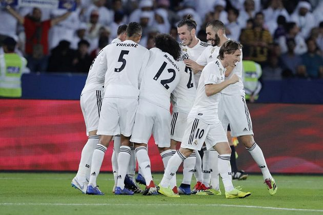 Fotbalisté Realu Madrid oslavují gól na 2:1.