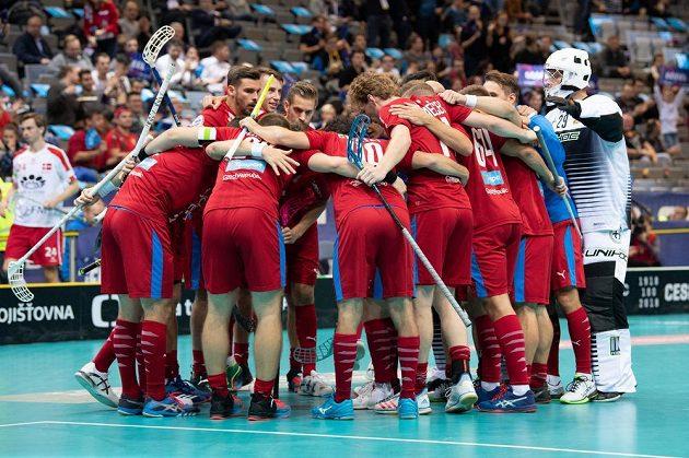Čeští florbalisté oslavují gól proti Dánsku ve čtvrtfinále MS.