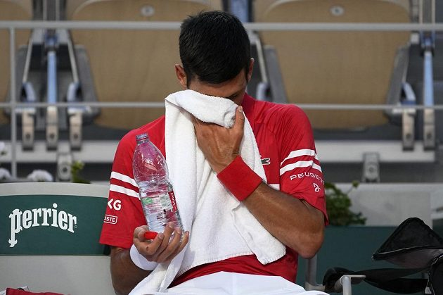 Srbský tenista během úvodní sady semifinále French Open nebyl ve své kůži, hrozilo, že dostane i kanára. Na něj ale nakonec nedošlo.