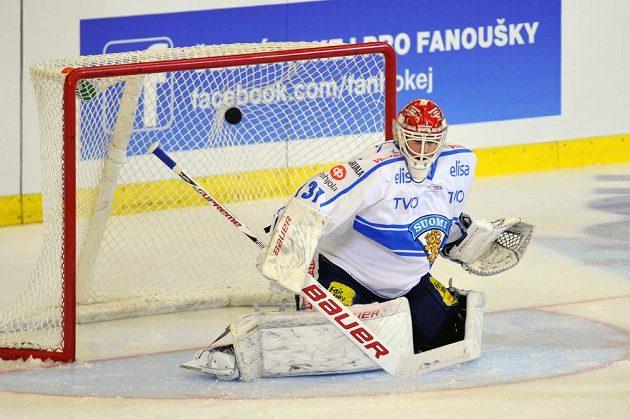 Finský brankář Joni Ortio inkasuje první gól z hole Petra Hubáčka.