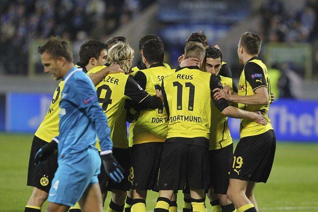 Radost fotbalistů Borussie Dortmund po vstřeleném gólu do sítě Zenitu Petrohrad. Vlevo kráčí zklamaný domácí obránce Domenico Criscito.