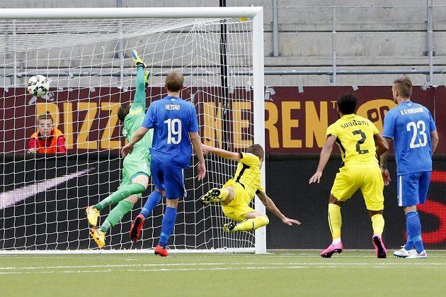 Záložník Dinama Záhřeb Marko Rog (třetí zleva) střílí gól do sítě Molde.