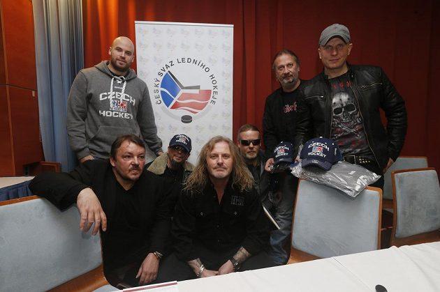 Prezident ČSLH Tomáš Král (vlevo), hokejista Radek Smoleňák a členové skupiny Kabát během tiskové konference v Praze.