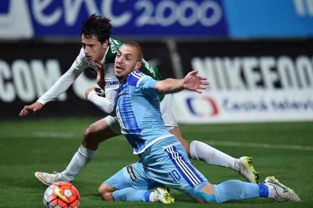 Ruslan Mingazov z Jablonce (vzadu) a Jiří Skalák z Mladé Boleslavi bojují o míč.