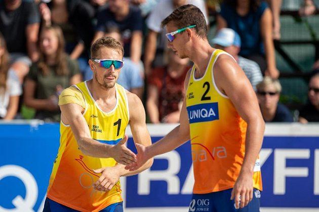 Zleva Ondřej Perušič a David Schweiner slaví titul mistrů republiky v plážovém volejbalu.