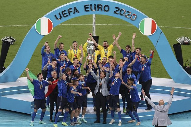 Italský tým slavící titul mistrů Evropy.