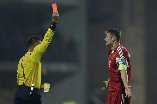 Turecký rozhodčí Hueseyin Goecek ukazuje Martynovičovi červenou kartu.