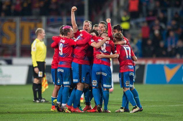 Fotbalisté Plzně se radují z vítězství nad Spartou.