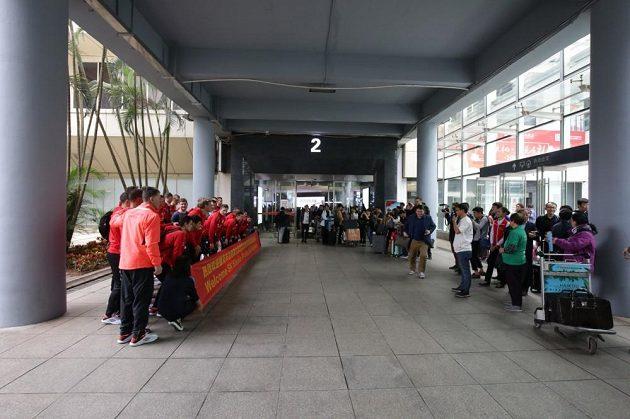 I na letišti v Chaj-kchou se museli hráči fotit.
