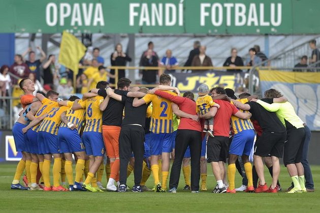 Hráči Opavy se radují z vítězství.