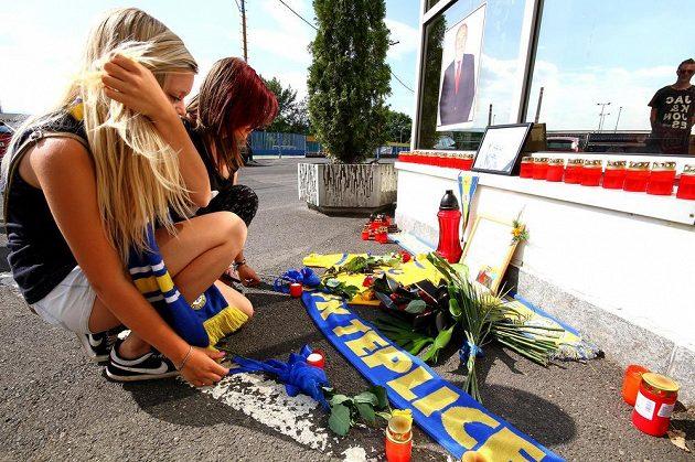 Fanynky FK Teplice přišly před stadión Na Stínadlech uctít památku ředitele klubu Františka Hrdličky, který v sobotu náhle zemřel ve věku 57 let.