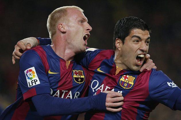 Obránce Jeremy Mathieu a útočník Luis Suárez (vpravo) zařídili výhru Barcelony nad Realem Madrid.