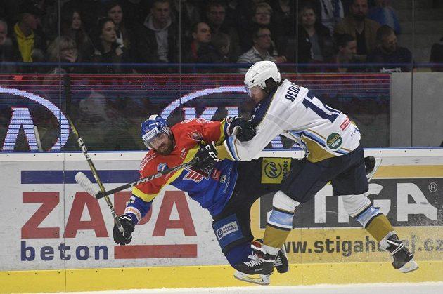 Hokejista Martin Novák z Českých Budějovic a Tomáš Redlich z Kladna v akci během utkání baráže.