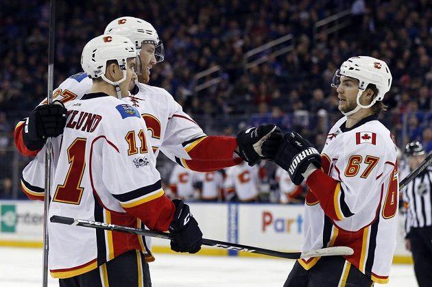Michael Frolík (vpravo) blahopřeje spoluhráči z Calgary Lancemu Boumovi (č. 17) ke gólu v utkání proti Rangers.