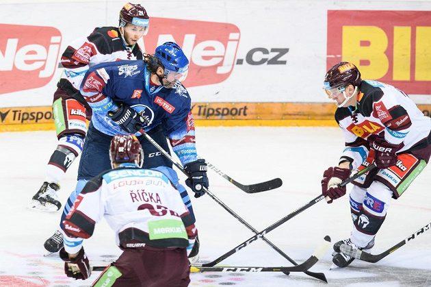 Jaromír Jágr z Kladna a hokejisté Sparty Matúš Sukeľ, Robert Říčka a Jan Košťálek během utkání Tipsport extraligy.