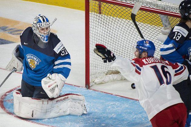 Daniel Kurovský oslavuje první gól Daniela Krenželoka (není na snímku) proti Finům.