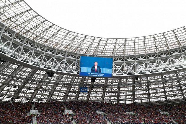 Zahajovací řeč ruského prezidenta Vladimira Putina před startem MS na obrazovce pod střechou stadiónu Lužniky.