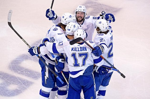 Hokejisté Tampy Bay Lightning slaví vysoké vítězství nad Bostonem, raduje se i český útočník Ondřej Palát (18).