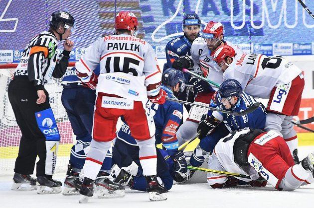 Skrumáž před brankou Plzně během utkání hokejové extraligy.