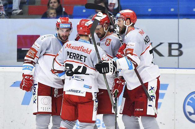 Hokejisté Hradce se radují z gólu.